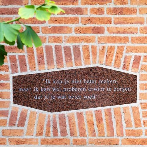 Tegel naast voordeur Hospice IJsselthuis