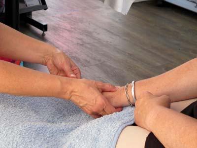 Handmassage, genieten van een niet-functionele aanraking.