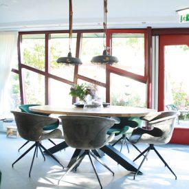 Eten, een spelletje spelen of de krant lezen, dit kan ook aan de grote tafel in de woonkamer.